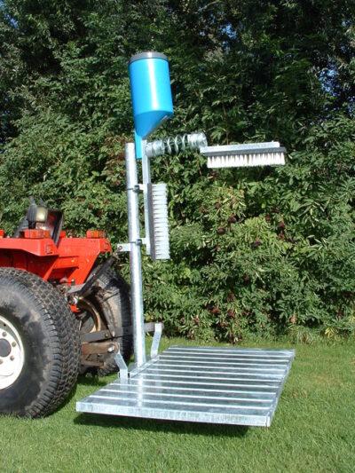 Cattlebrush with dispenser and feldstand